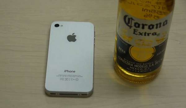 Video: iPhone 4 or iPhone 4S can open a bottle of beer